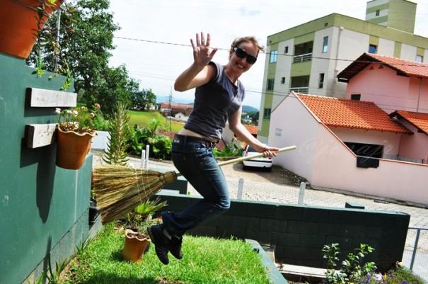 bruxa voando na vassoura de verdade